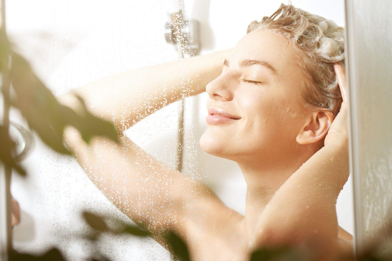 girl using CBD Shampoo for hair growth